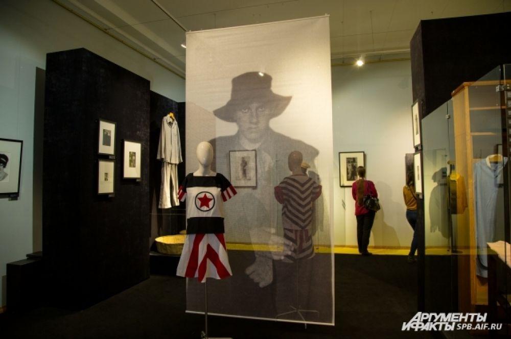 На выставке представлены предметы одежды и аксессуары поэта.