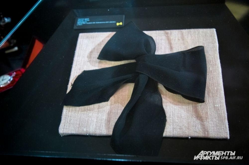 В юности Маяковский носил банты вместо галстуков.