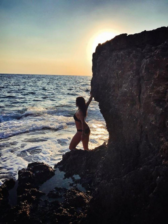 На снимках она позирует в черном купальнике, а морские волны добавляют ее образу еще больше магии.