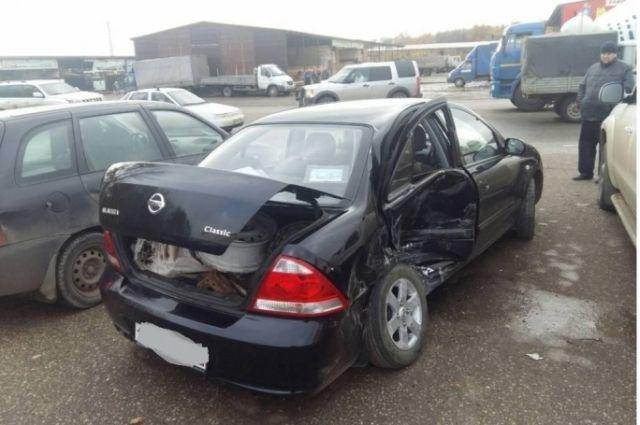 ВСамаре «Nissan» врезался в«Приору» и сломал Фольксваген