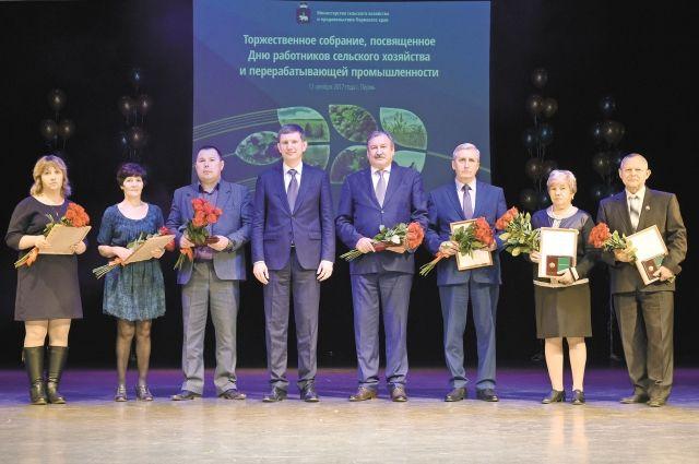 Губернатор и министр сельского хозяйства наградили лучших тружеников села.
