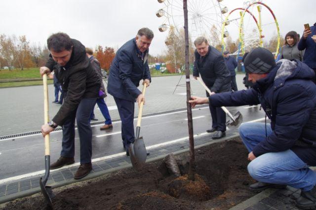Свой вклад в благоустройство внесли (справа налево): Анатолий Локоть, Андрей Шимкив, Дмитрий Асанцев.