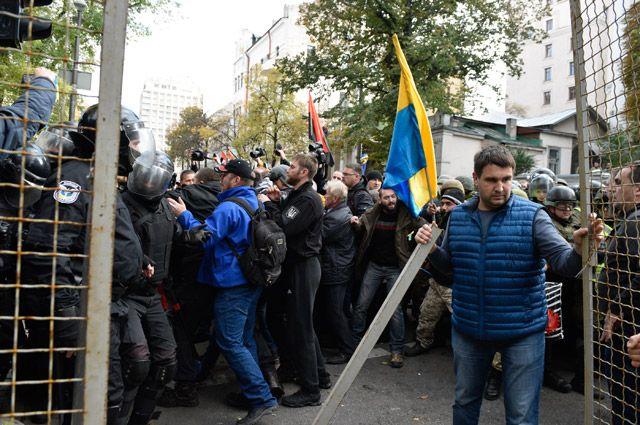 Из-за чего митингуют люди в центре Киева?
