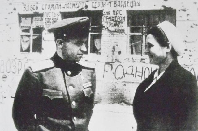 Яков Павлов и Александра Черкасова у Дома Павлова.