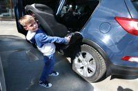 Когда не до безопасности - сельчане, чтобы довезти в детсад побольше детей, оставляют автокресла дома.