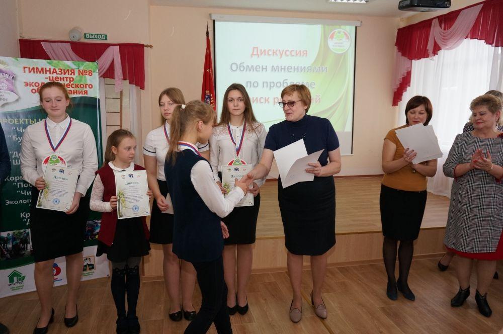 В конце дискуссии участникам конкурса экологических проектов вручили дипломы.
