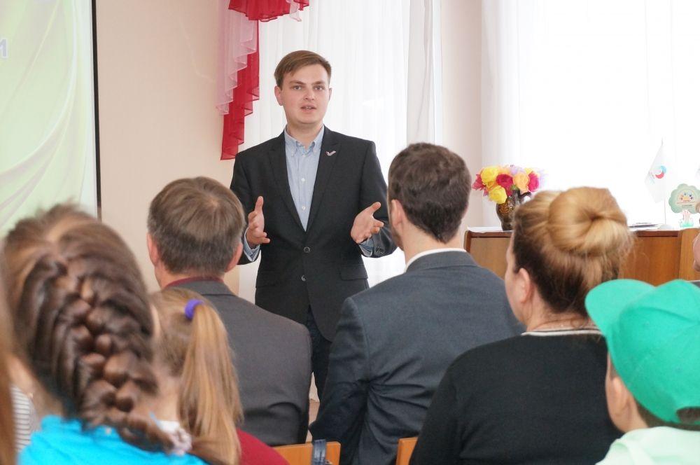 Со школьниками встретились представители молодёжного парламента.