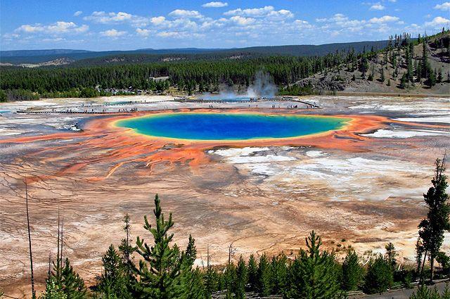 Большой призматический источник -  самый большой гейзер в Йеллоустоуне - ежеминутно выбрасывает 2000 л горячей воды.