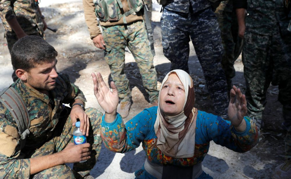 Местная жительница благодарит бойцов СДС в Ракке.