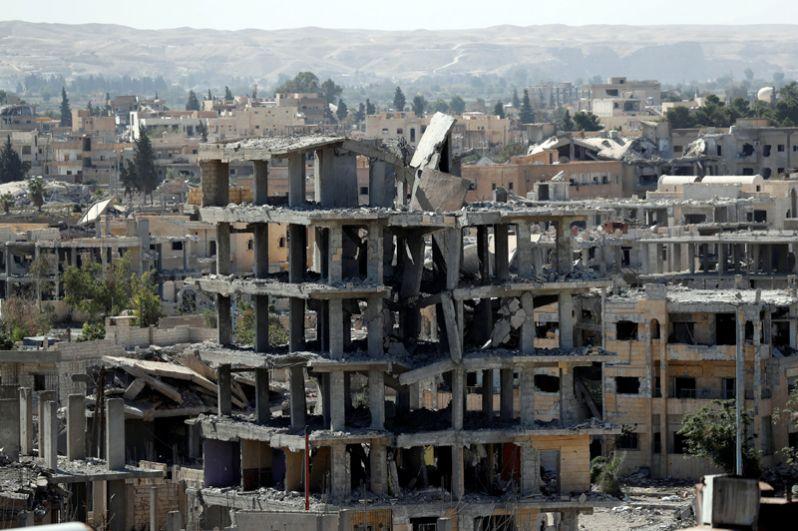 Разрушенные здания в Ракке.