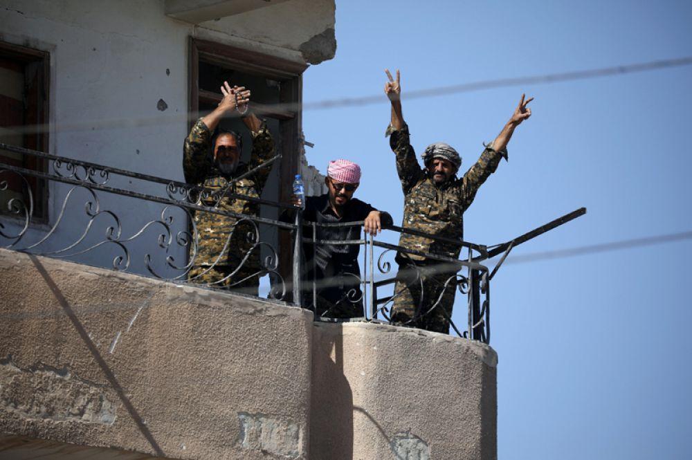 Бойцы СДС празднуют победу в Ракке.