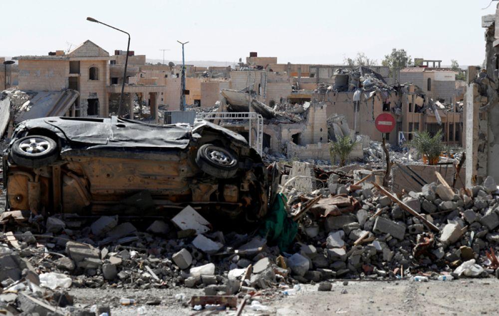 Дорожный знак, запрещающий въезд, в центре города Ракка.