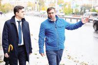 Станислав Воскресенский (слева) начал работу с прогулки по центру города.
