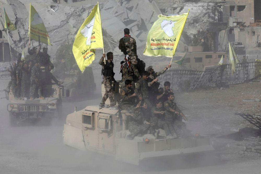 Бойцы «Сирийских демократических сил» на улицах города.