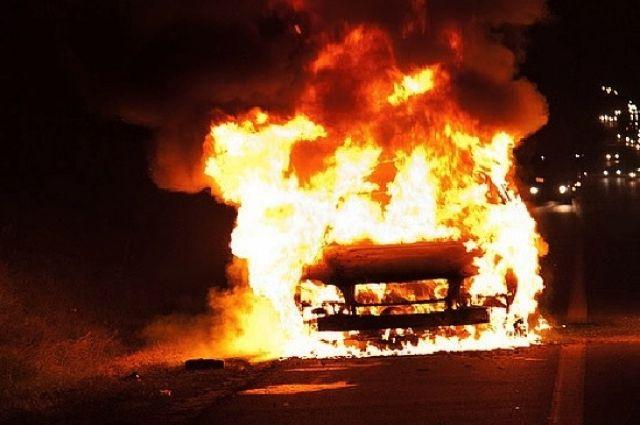 Огонь уничтожил внедорожник.