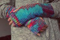 Осенью руки нужно защищать от холодного ветра не только кремом, но и перчатками.