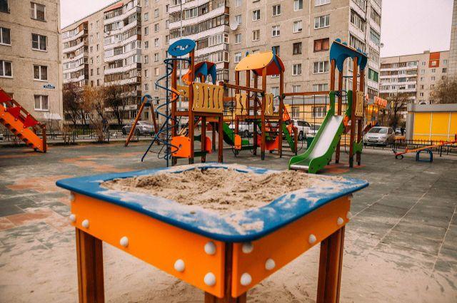 Во дворе на Пермякова появилась новая детская площадка, яблоньки и турники