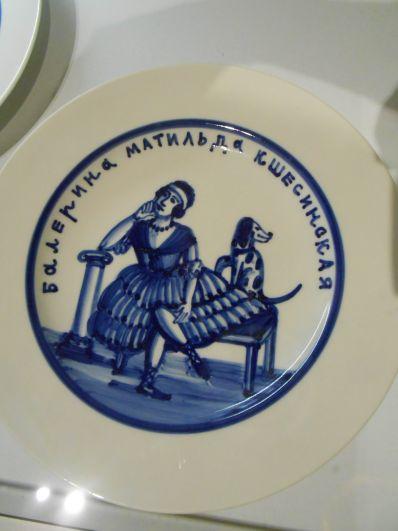 Художники чутко отреагировали на тренд и изобразили Матильду Кшесинскую на одной из тарелок.