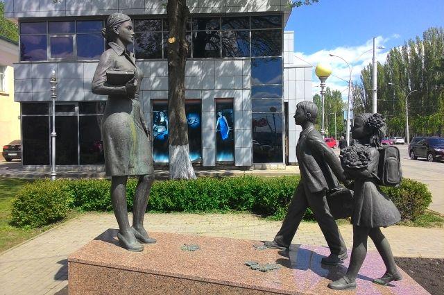 Власти готовы ставить учителям пафосные памятники, но не готовы давать им служебные квартиры
