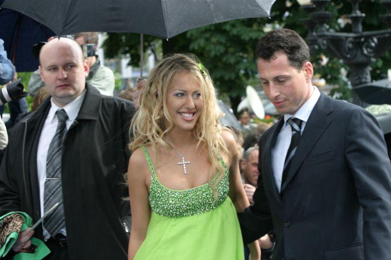 Телеведущая Ксения Собчак со своим женихом, бизнесменом Александром Шустеровичем. 2005 год.