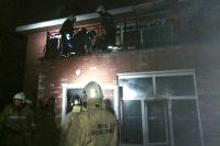 Пожарным пришлось выносить пострадавших из горящего здания на носилках.