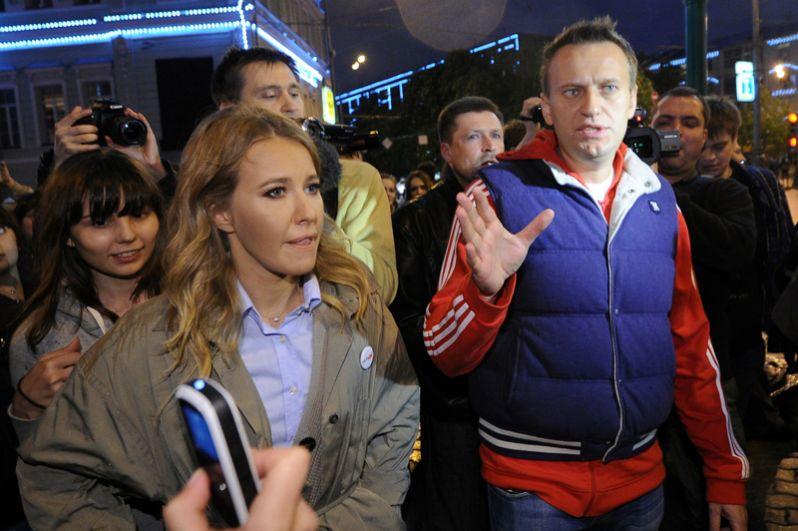 Блогер Алексей Навальный и телеведущая Ксения Собчак принимают участие в акции оппозиции на Никитском бульваре в Москве. 2012 год.