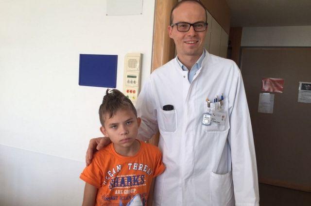 Максим с врачом после операции.