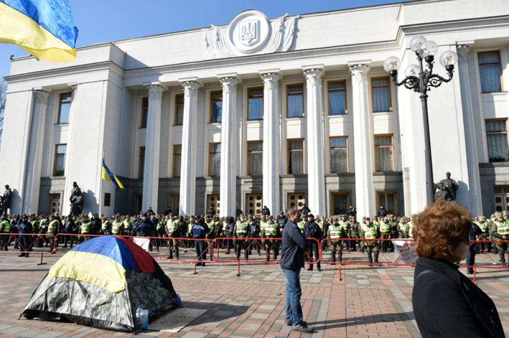 Сторонники политических реформ и сотрудники правоохранительных органов у здания Верховной рады Украины в Киеве.
