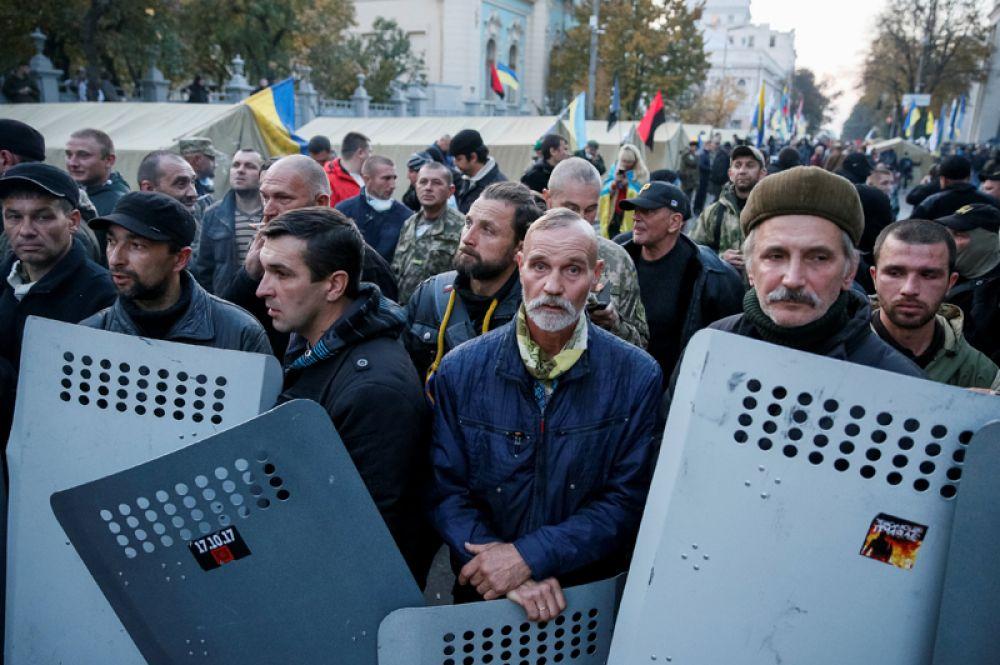 Люди собираются у здания Верховной рады, чтобы принять участие в новом митинге.