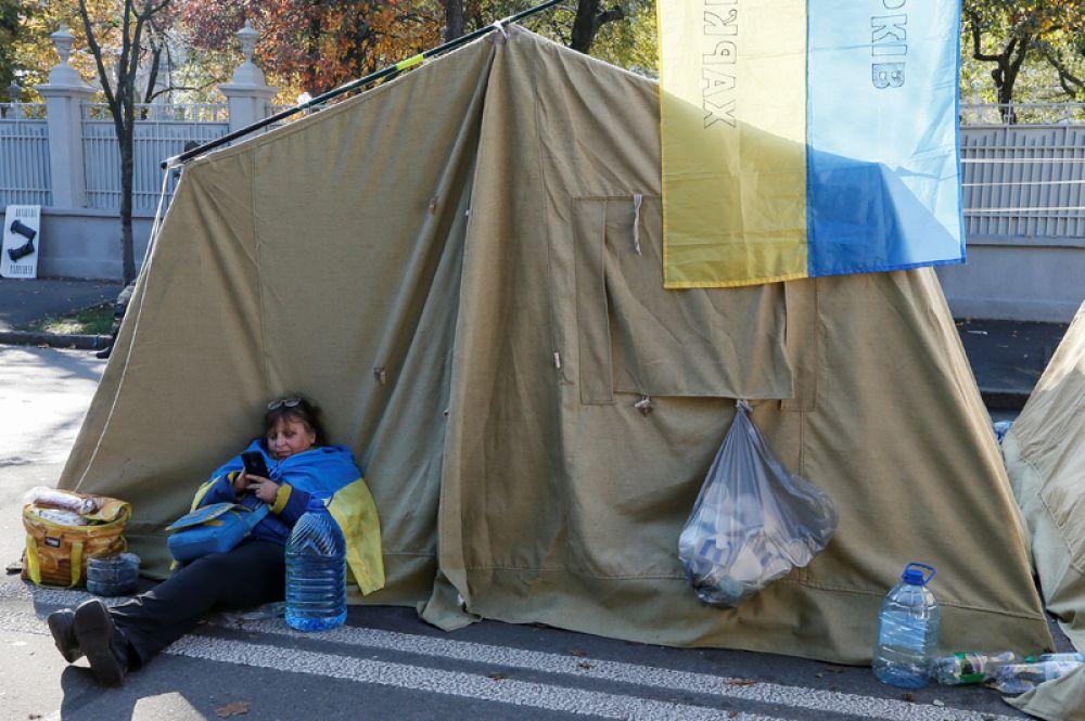 Сообщается, что обстановка в палаточном городке, разбитом возле здания Рады, спокойная, люди занимаются своими делами.
