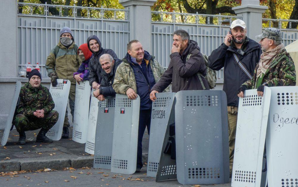 Часть из них стоит по периметру лагеря с металлическими щитами, охраняя таким образом территорию.