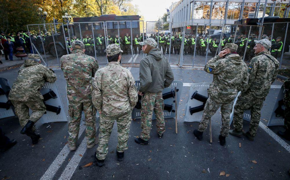 Правоохранительные органы перекрыли правительственный квартал возле здания парламента и досматривают всех, кто к нему приближается.