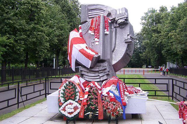 Памятник погибшим в 1982 году на стадионе Лужники.