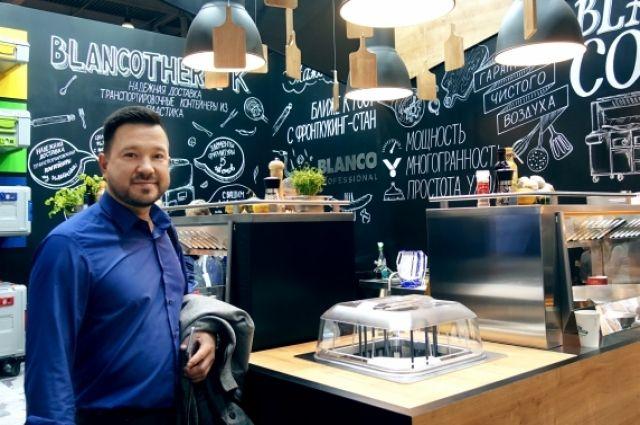 В Японии у знаменитого местного шеф-повара Рустам научился готовить опасную рыбу фугу.