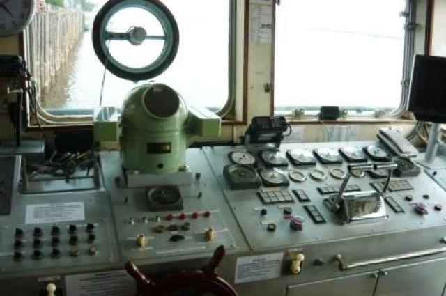 Ремонтируемый буксир зажегся вдоке Кронштадтского морского завода