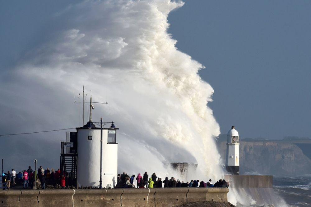 16 октября. Волны, вызванные штормом «Офелия» на набережной города Порткол, Уэльс, Великобритания.