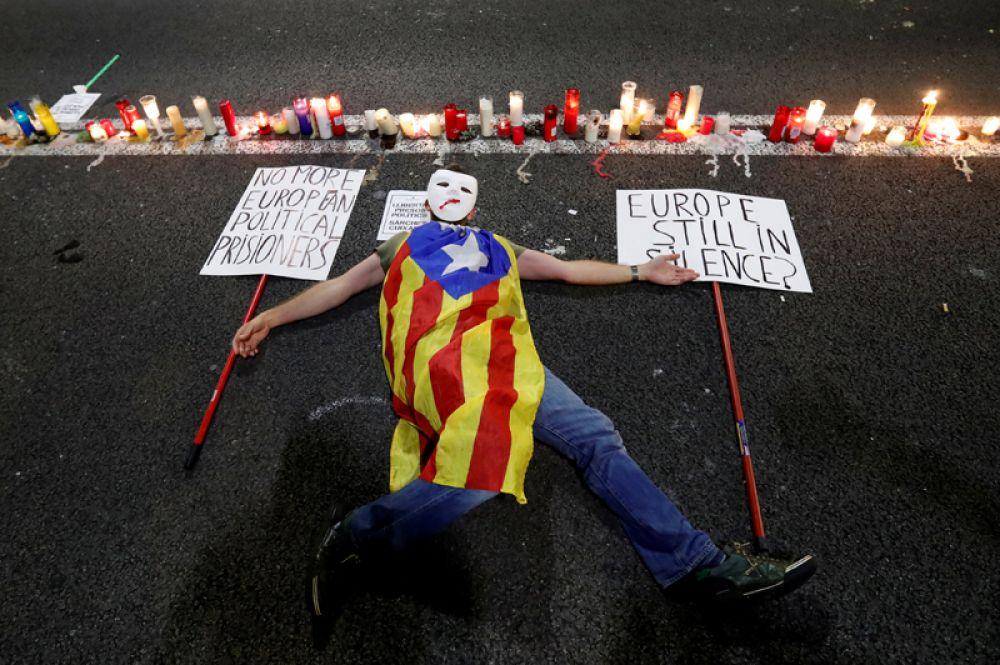 Сторонник независимости Каталонии протестует против тюремного заключения лидеров двух крупнейших каталонских сепаратистских организаций, Барселона, Испания.