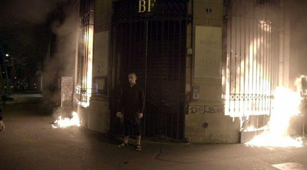 16 октября. Российский художник-акционист Петр Павленский поджёг здание Банка Франции.