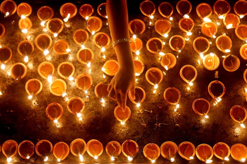 18 октября. Религиозная церемония во время фестиваля Дипавали в индуистском храме в Коломбо, Шри-Ланка.