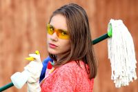 Тюменка возмущена: ее дочь заставляют мыть пол в школе