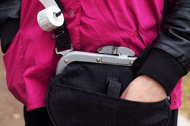 Согласно должностной инструкции, женщина была обязана знать правила оказания первой доврачебной помощи, принимать необходимые меры при возникновении непредвиденных обстоятельств и несчастных случаев, оказывать первую доврачебную помощь пассажирам