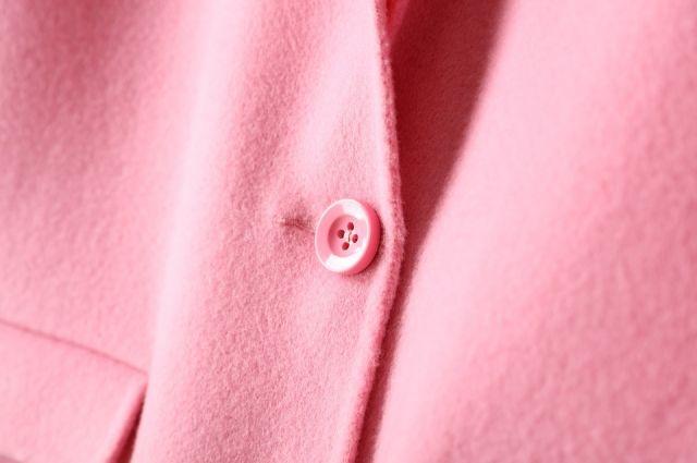 Мокрое пальто нельзя вешать на плечики, иначе изделие потеряет форму.