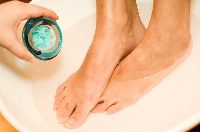Попарить ноги на ранней стадии простуды