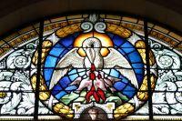 Пеликан, кормящий ребёнка собственной кровью.  Витраж вримско-католическом соборе Крайстчерч. Новая Зеландия.