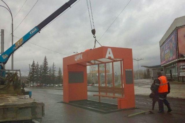 В Кемерове завершили установку четырех новых остановочных павильонов.
