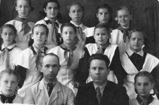 Фронтовик, писатель, учитель литературы школы №7 Алексей Зверев с учениками.