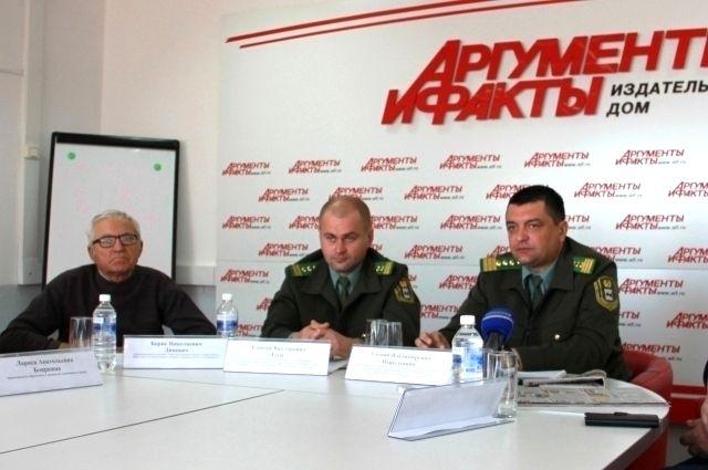 Борис Дицевич и представители Службы по охране и использованию животного мира Иркутской области.