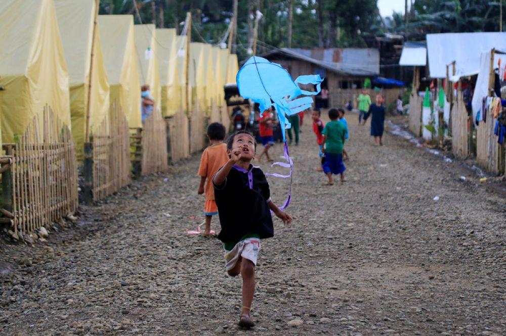 Мальчик в палаточном лагере в Марави через несколько дней после того, как президент Родриго Дутерте объявил об освобождении города от боевиков.