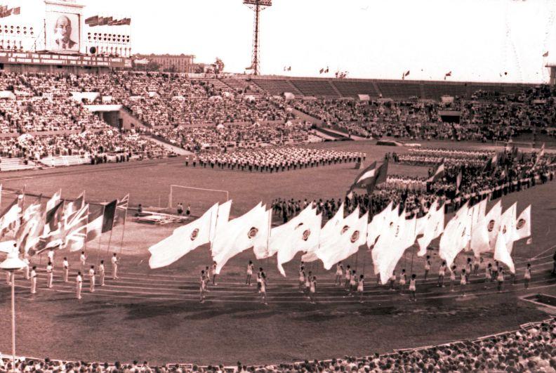1957 год. Торжественное открытие мероприятия на стадионе началось с опозданием на 2,5 часа.