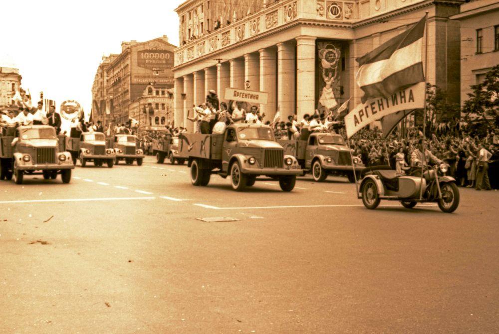 1957 год. Маленькие делегации ехали на легковых автомобилях с открытым верхом, большие - на грузовиках.